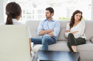 psychologist-helping-couple-relationship-difficulties-office-49310915